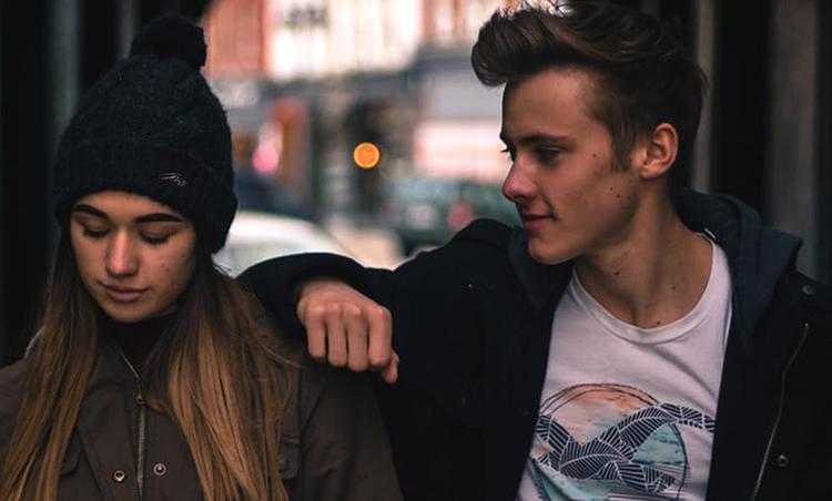 Молодой парень с девушкой