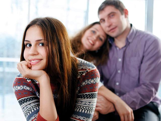 Счастливые родители и подросток