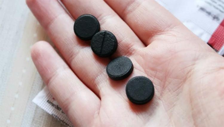Активированный уголь в руках