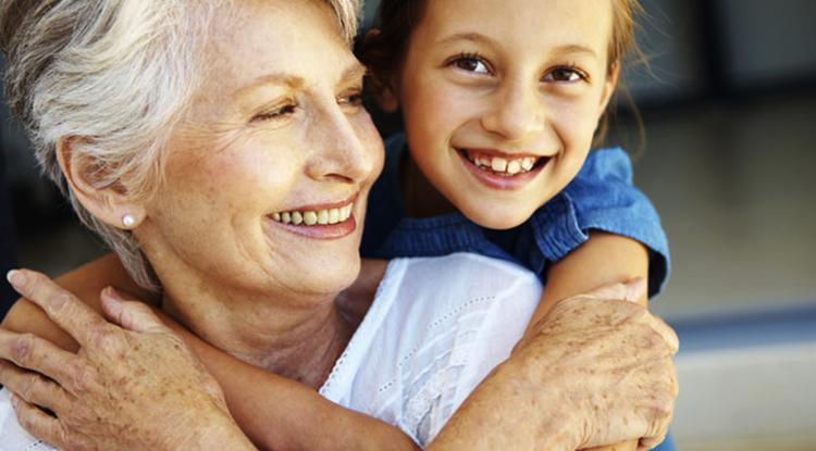 Бабушка с молодой внучкой