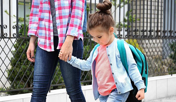 Ребенок с мамой идет в детский сад