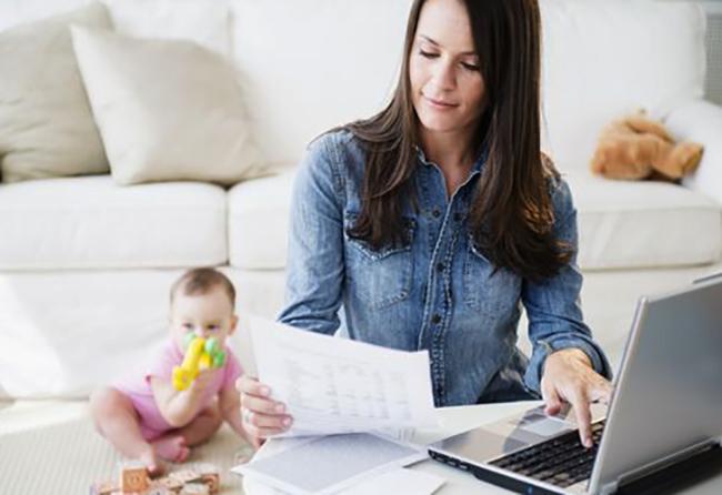 Женщина с ребенком дома