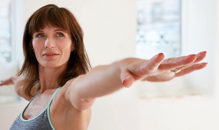 Женщина делает гимнастику