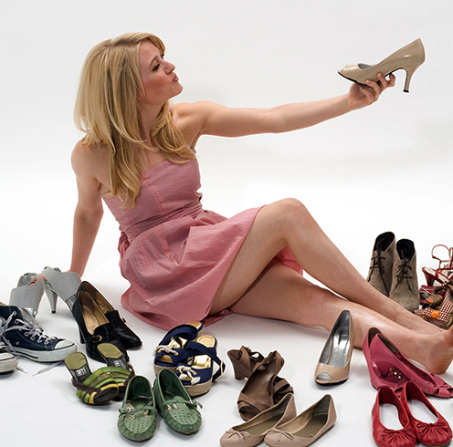 Женщина выбирает обувь