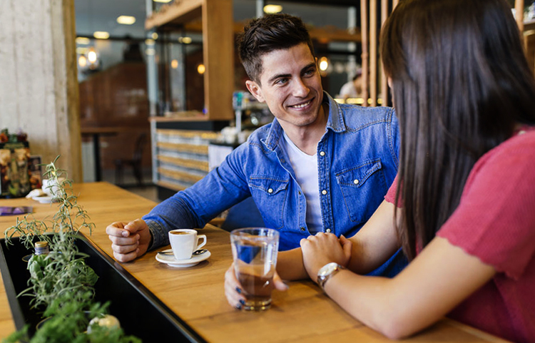 Мужчина беседует с будущей женой