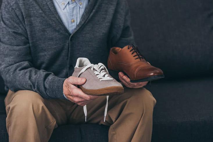 Мужчина примеряет обувь
