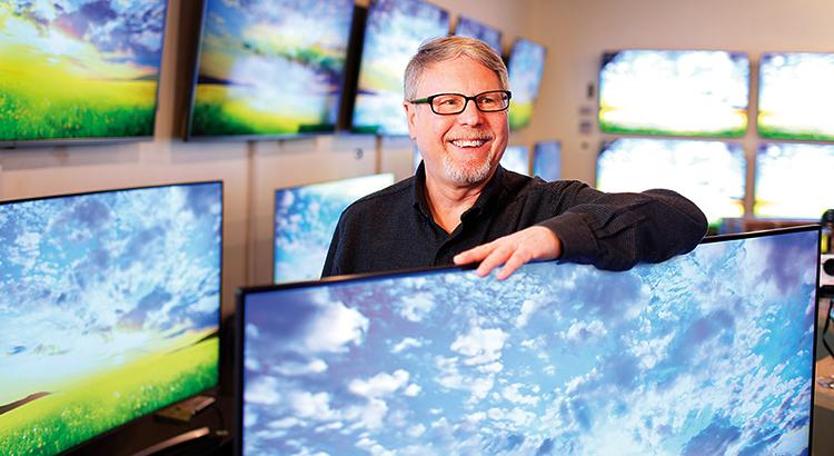 Мужчина с телевизором
