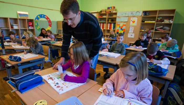 Учитель начальных классов за работой