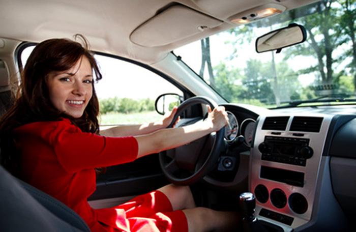 Начинающая девушка водитель