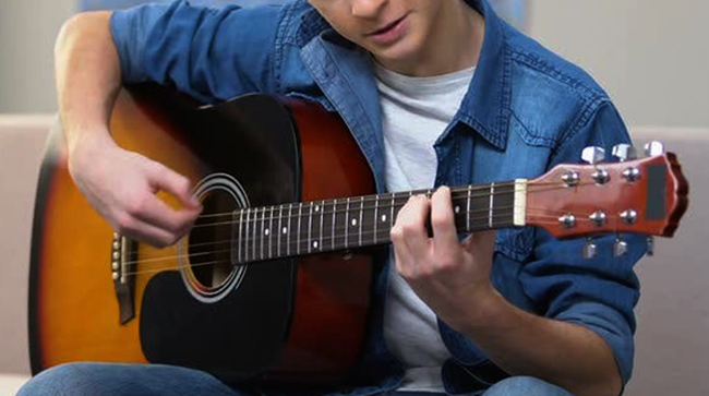 Подросток играет на гитаре