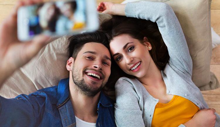 Счастливая женщина с мужчиной