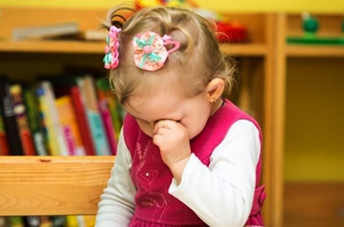 Девочка плачет в детском саду