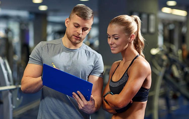 Фитнес-инструктор за работой