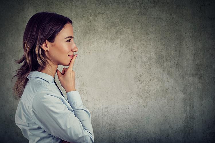 Женщина думает и делает выводы