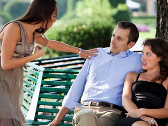 Мужчина с другой девушкой