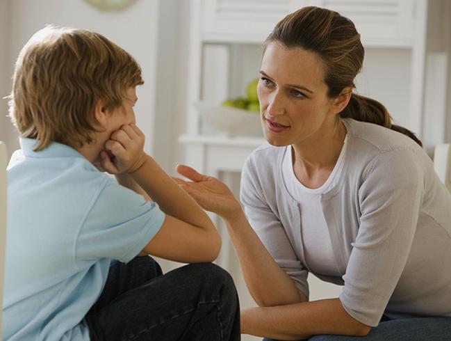 Мама разговаривает с сыном-подростком