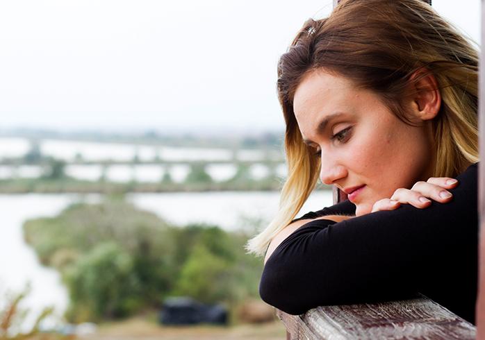 Женщина грустит и думает