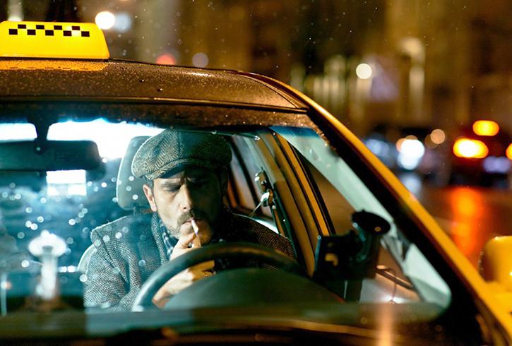 Таксист курит за рулем