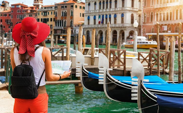 Девушка-турист в Италии