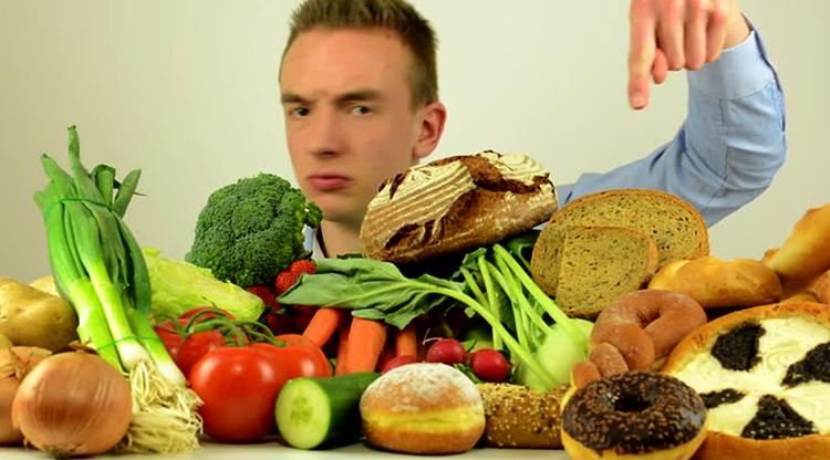 Мужчина выбирает еду