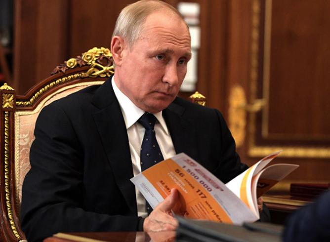 Владимир Путин общается