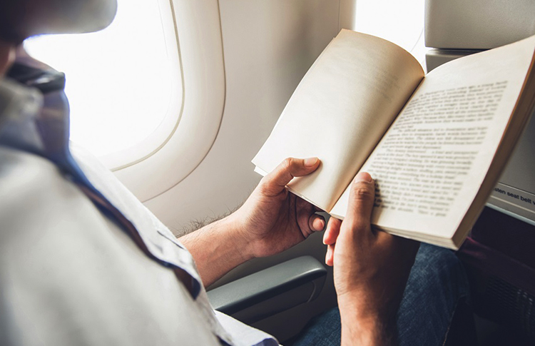 Чтение книги в самолете