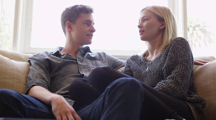 Парень и девушку беседуют