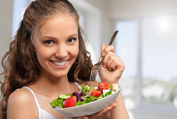 Девочка-подросток кушает