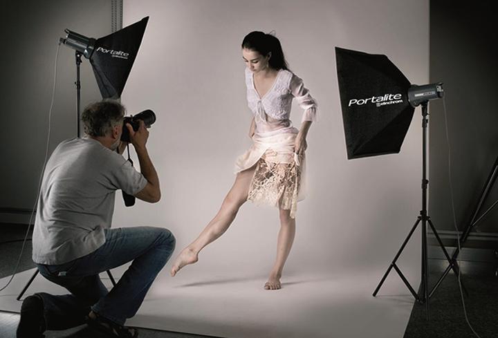 Девушка позирует для фотографа