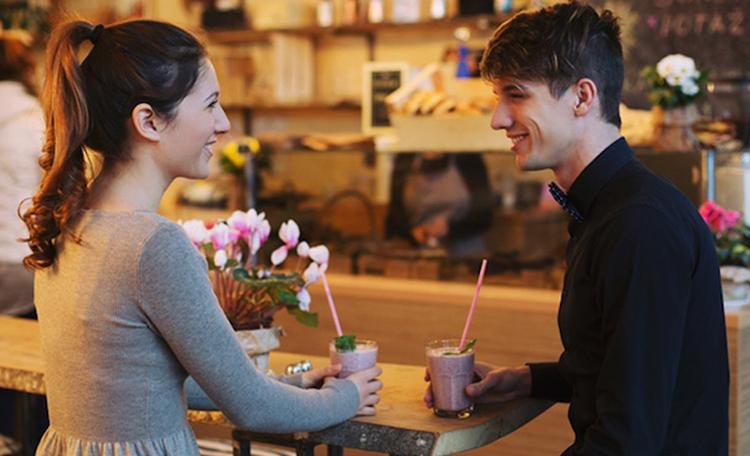 Девушка с парнем на первом свидании