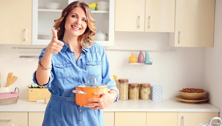 Счастливая хозяйка на кухне