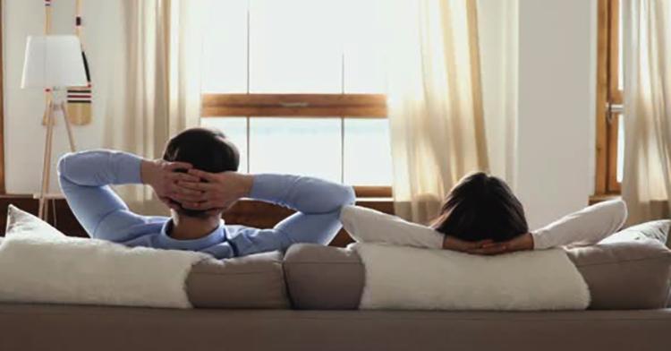 Муж и жена на диване