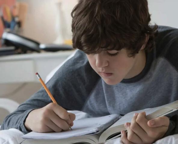 Подросток занимается учебой