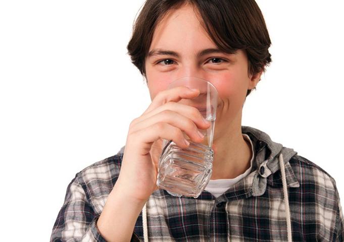 Подросток пьет воду