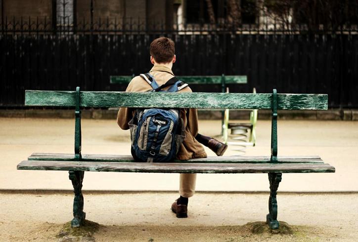 Подросток сидит один