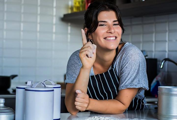 Позитивная женщина на кухне