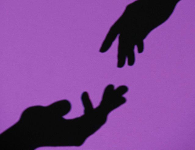 Руки парня и девушки