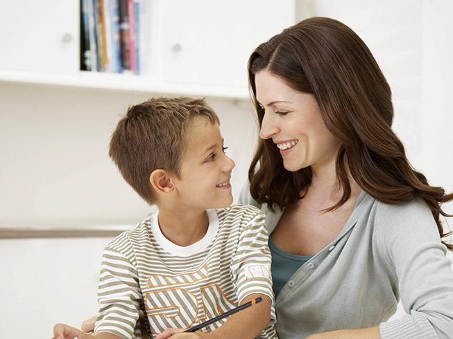 Женщина хвалит сына