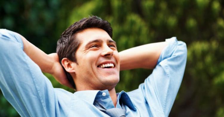 Счастливый и позитивный мужчина