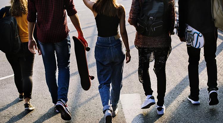 Подростки идут