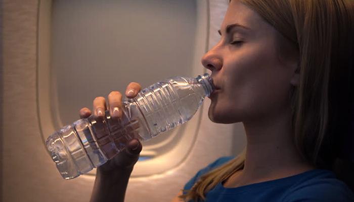 Питье воды в самолете