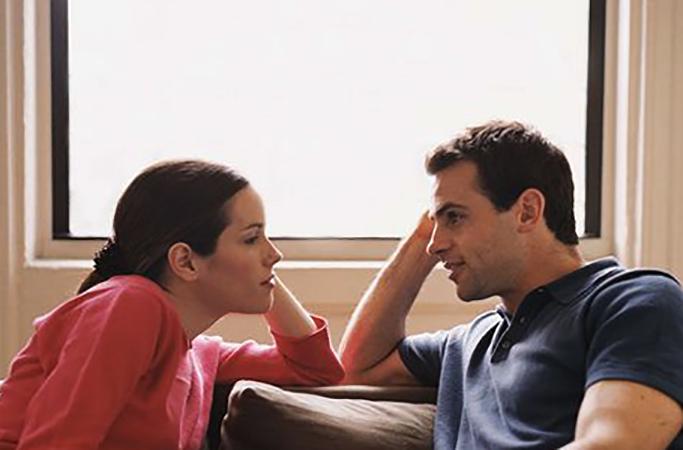 Жена разговаривает с мужем