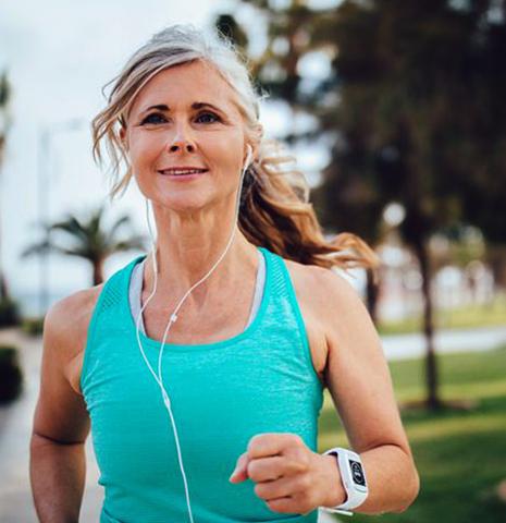 50-летняя женщина бегает