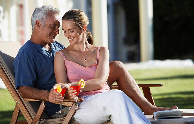 Счастливая пара с разницей в возрасте