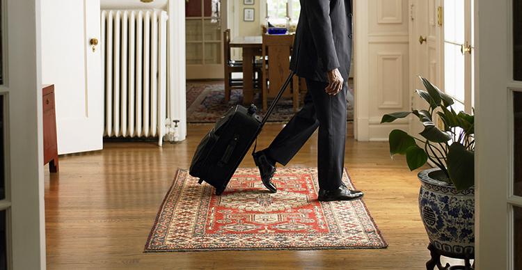 Мужчина уходит из дома