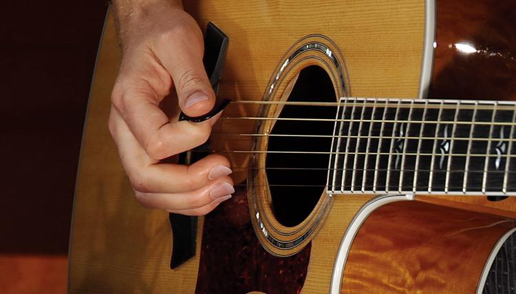 Музыкант с гитарой в руках