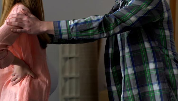 Муж выгоняет жену из дома