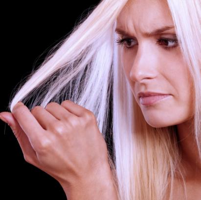 Обесцвеченные волосы у девушки