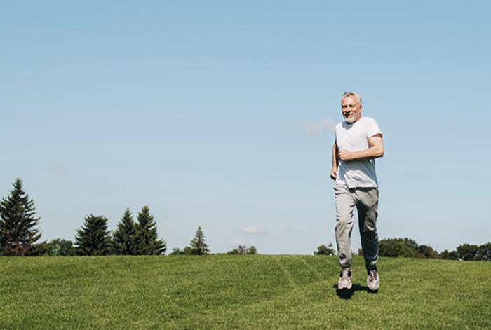 Пожилой мужчина бежит