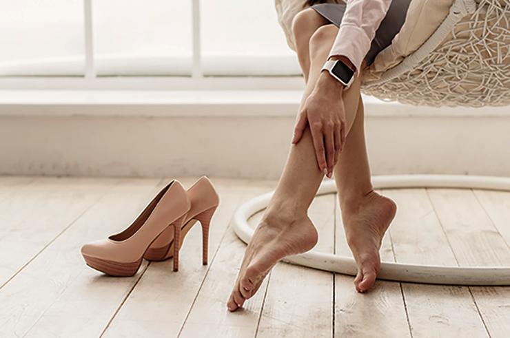 Боль от каблуков у девушки